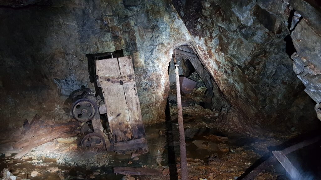 i carrelli ed i reperti della miniera abbandonata