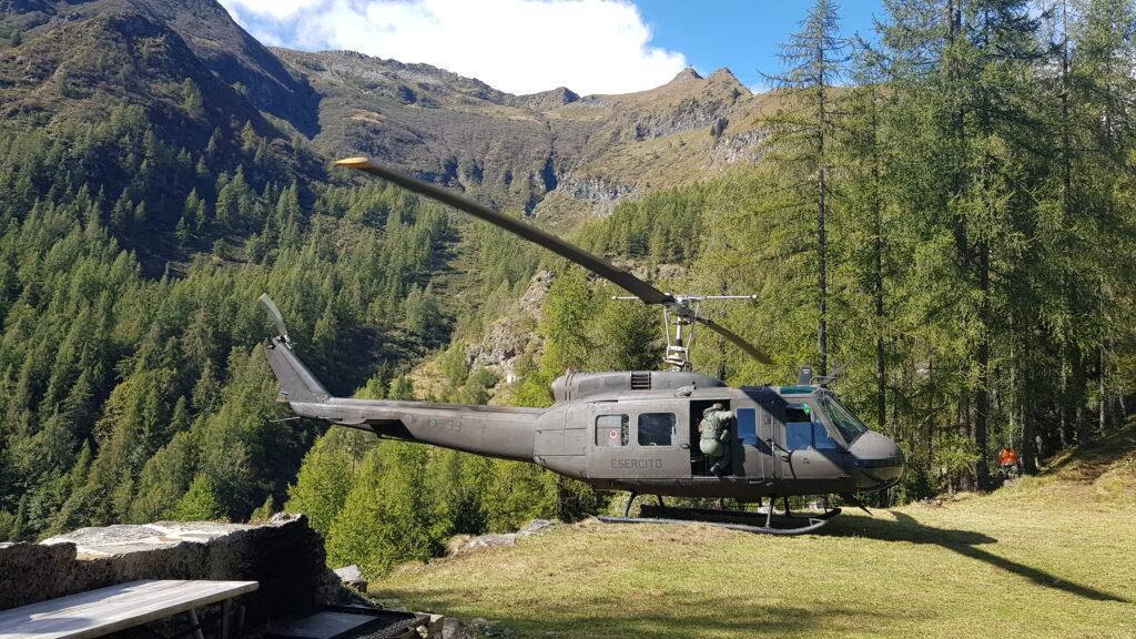 L'elicottero UH205 usato dagli artificieri ad Antrona