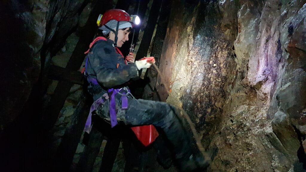speleologa durante la calata in un pozzo speleologist descending shaft