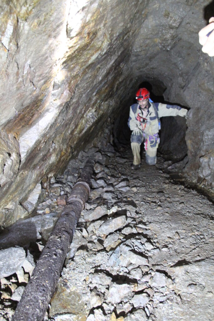 speleologo scopre pompa nella miniera