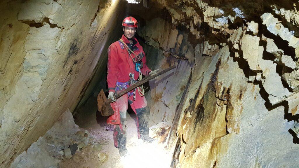 speleologo scopre reperto speleologist find